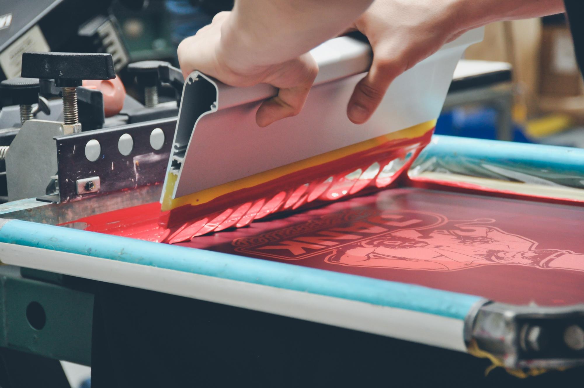 Процесс печати на майке методом шелкография